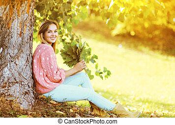 belle femme, parc, ensoleillé, automne, pousse feuilles, sourire, érable