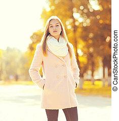 belle femme, parc, ensoleillé, jeune, automne, portrait