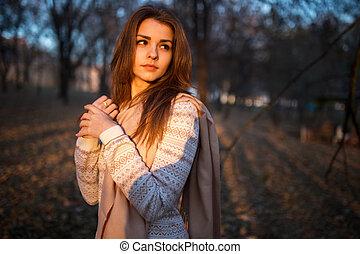 belle femme, parc, jeune, automne, brunette, coucher soleil, portrait