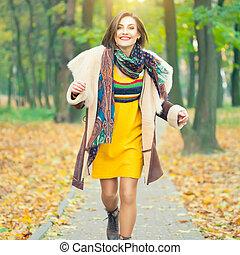 belle femme, parc, jeune, automne, courant