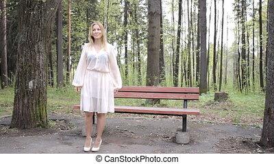 belle femme, parc, jeune, danses, heureux