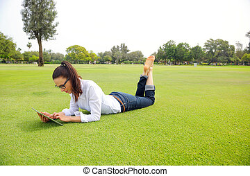 belle femme, parc, jeune, tablette