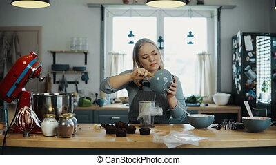 belle femme, petits gâteaux, elle, cuisine, jeune, kitchen., préparer, femme, décorer, hobby., blond, crème