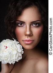 belle femme, pivoine, jeune, blanc, bronzé