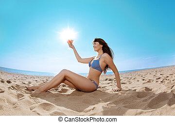 belle femme, plage, boisson, main