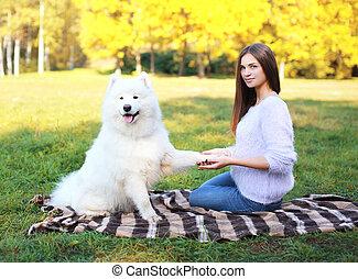 belle femme, plaid, ensoleillé, chien, chaud, dehors, jour