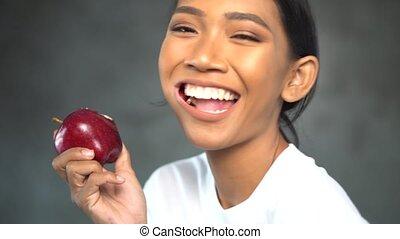 belle femme, pomme, jeune, portrait, sourire, rouges