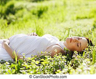 belle femme, pregnant, printemps, parc, herbe