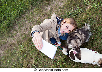 belle femme, prendre, chien, selfie, nature.