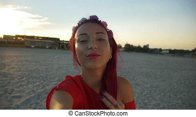belle femme, prendre, jeune, plage coucher soleil, selfie