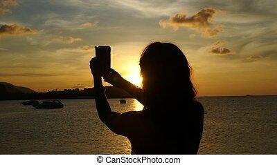 belle femme, prendre, motion., jeune, contre, lent, thailand., mer, pendant, coucher soleil, cruise., selfie, 1920x1080