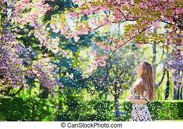belle femme, printemps, parc, jeune, fleurir