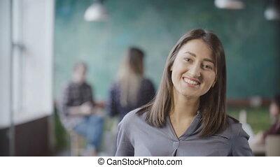 belle femme, réussi, bureau., moderne, jeune regarder, sourire., appareil photo, asiatique, femme affaires, portrait
