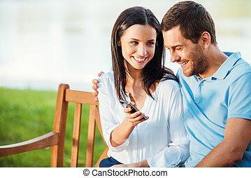 belle femme, regard, elle, séance, ceci, projection, jeune, banc, téléphone, quoique, mobile, picture!, sourire, petit ami, couple, aimer