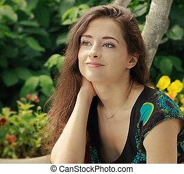 belle femme, regarder, extérieur, closeup, calme, fond, portrait