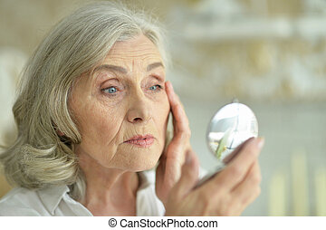 belle femme, regarder, miroir, petit, personne agee