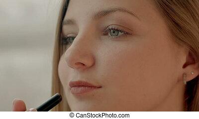 belle femme, rouge lèvres, maquillage, jeune, miroir