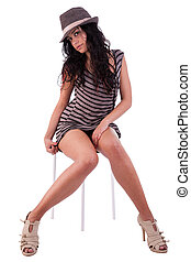 belle femme, séance, isolé, élégant, banc, chapeau, fond,...