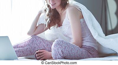 belle femme, séance, laptop., lit, jeune