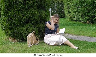 belle femme, séance, métrage, herbe, parc, jeune, écriture, mouvement, lent, diary.