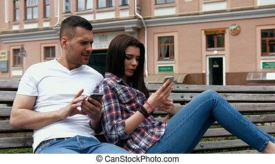 belle femme, séance, parc, jeune, téléphone, banc, conversation, quoique, utilisation, homme