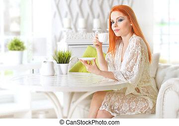 belle femme, séance, thé, table, boire