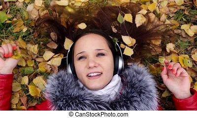 belle femme, saison, gens, feuilles, écouteurs, jeune,...