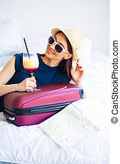 belle femme, salle, cocktail, lit, valise, hootel