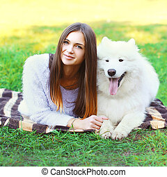 belle femme, samoyed, ensoleillé, chien, portrait, blanc, herbe, jour, mensonge