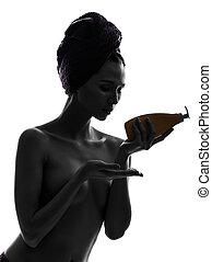 belle femme, serviette, jeune, isolé, une, studio, asiatique, fond, emballé, portrait, blanc, silhouette