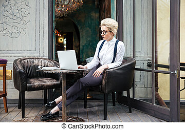 belle femme, songeur, fonctionnement, ordinateur portable, jeune, informatique