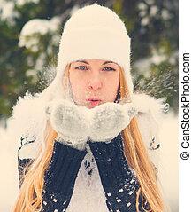 belle femme, souffler, neige, dehors