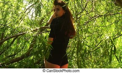 belle femme, stands, feuilles, parc, bikini, sllim