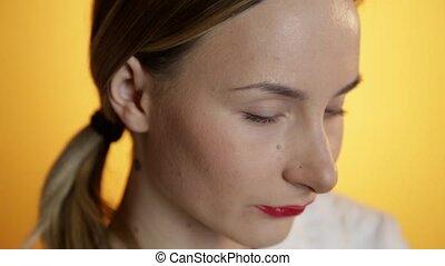 belle femme, sur, jaune, regarder, appareil photo, fond, devant, portrait, sourire