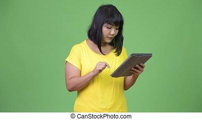 belle femme, tablette, asiatique, numérique, utilisation, heureux