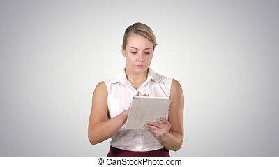 belle femme, tablette, elle, regarder, utilisation, vidéos, charmer, photos, cheveux, numérique, alpha, blond, canal, elle