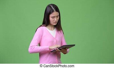 belle femme, tablette, jeune, asiatique, numérique, utilisation