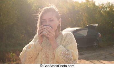 belle femme, tasse, thé, admirer, chaud, thermos, boire