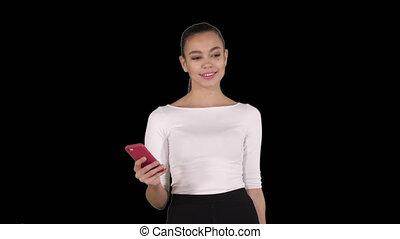 belle femme, texting, mobile, jeune, téléphone, utilisation, canal alpha