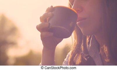 belle femme, thé, jeune, chaud, boire
