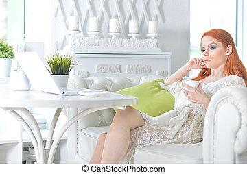 belle femme, thé, ordinateur portable, jeune regarder, lumière, roux, boire, cuisine