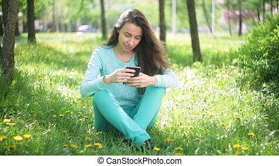 belle femme, touriste, délassant, printemps, floraison, parc, jeune, téléphone, sourire