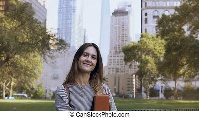 belle femme, usa., femme affaires, jeune regarder, documents, appareil-photo., tenue, portrait, nouveau, sourire, york