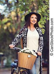 belle femme, vélo, bouquet, pousser, il, extérieur