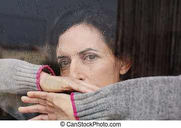 belle femme, vieux, 40, années, regarder, fenêtre, par