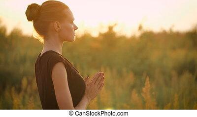 belle femme, yoga, sain, jeune, coucher soleil, pendant, exercice