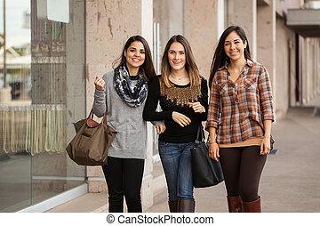 belle ragazze, andare fare spese, a, uno, centro commerciale