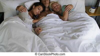 belles femmes, chambre à coucher, filles, haut, lit, jeune, deux, embrasser, type, réveiller, matin, homme