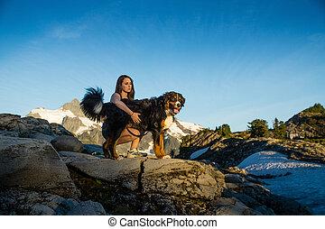 belles femmes, chien marche, dans, montagnes.