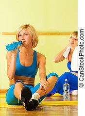 belles femmes, délassant, après, exercice forme physique